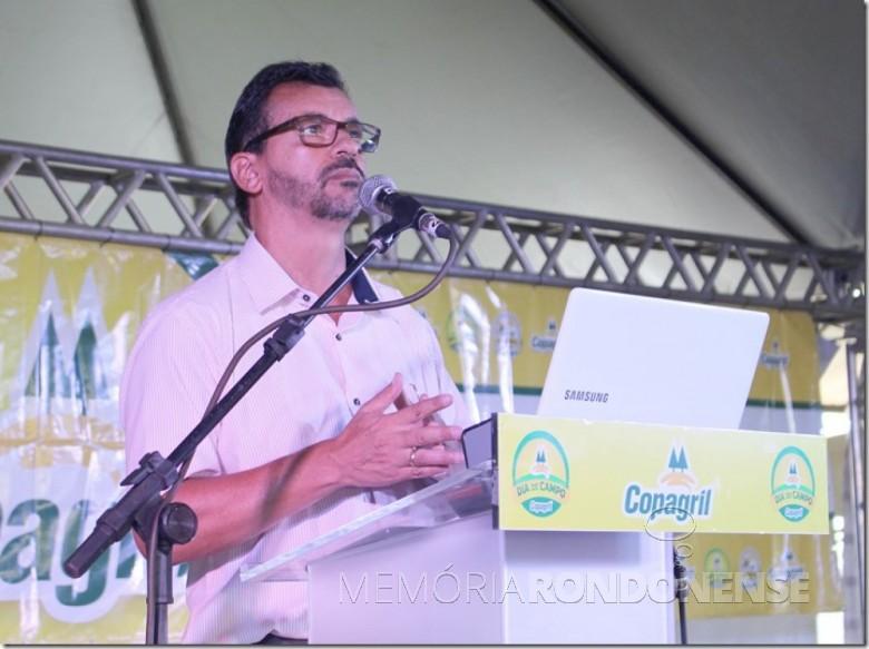 Economista Carlos Magno Bittencourt proferindo palestra no Dia de Campo Copagril 2017.  Imagem: Imprensa Copagril - Crédito: Carina Ribeiro - FOTO 3 -