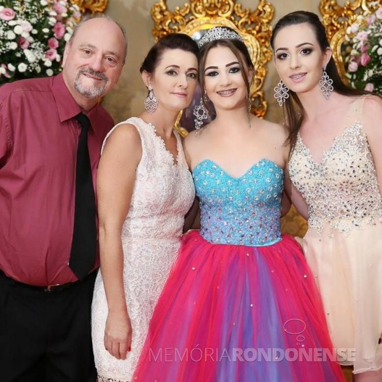 Hilário Jacó Willers, prefeito municipal de Missal, com a esposa Nadia e as filhas do casal, ele falecido em julho de 2019.  Imagem: Acervo Rádio Cultura - Foz do Iguaçu - FOTO 8 -