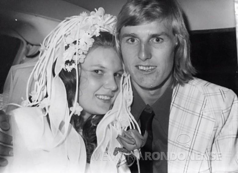 Os jovens rondonenses Marlene Adamczyk e Hilário Datsch no dia de casamento em 13 de dezembro de 1975. Imagem: Acervo da família - FOTO 5 -