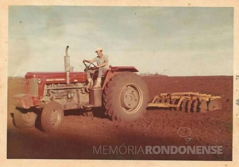Trator Massey-Fergusson adquirido e recebido pelo pioneiro Emílio Pedde, em 16 de março de 1969. Imagem: Acervo Alita Rusch – FOTO 1 -