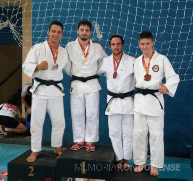 Renato Antonio Assunção de Oliveira e Bruno Henrique Dalla Vecchia no podium medalhistas de prata e bronze, respectivamente.  Imagem: Acervo Imprensa PM-MCR - FOTO 4 -