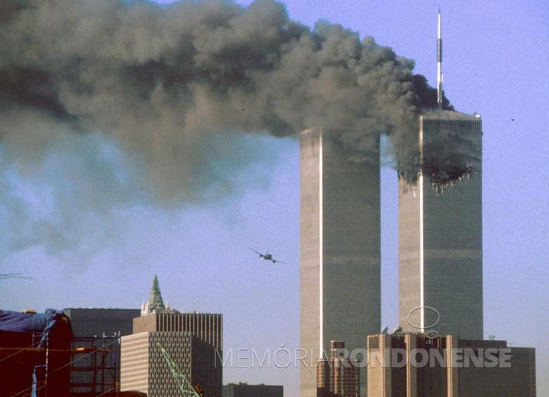 O vôo da segunda aeronave  em direção da torre sul do Worl Trade Center.  Imagem: Acervohttp://cdn.rsvlts.com/ Crédito: Sean Adair/ Reuters - FOTO 5 -