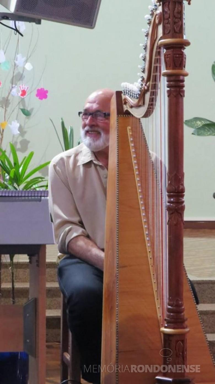 Músico e escultor Hedio Strey com a harpa que construiu por iniciativa própria.  Imagem: Acervo pessoal - FOTO 6 -