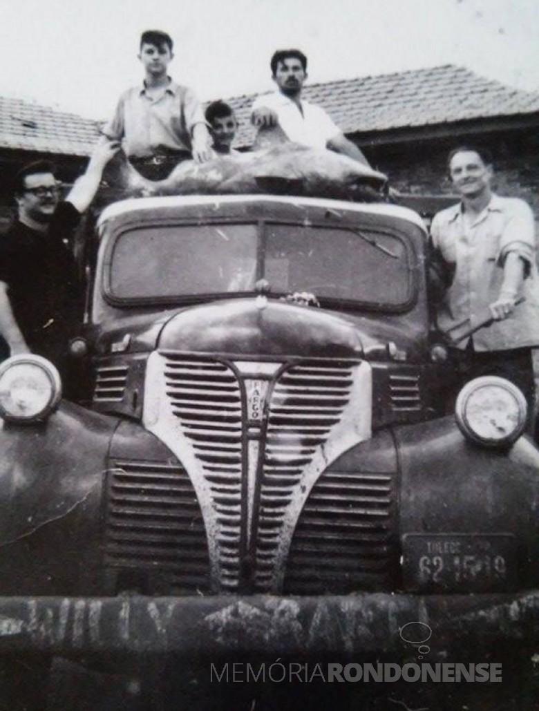 Caminhão do pioneiro João Saatkamp usando para o serviço de transporte em Marechal Cândido Rondon, inclusive para caça.  Em cima da cabine aparece um veado abatido.  Imagem: Acervo Romeu e Venilda Saatkamp - FOTO 2 -