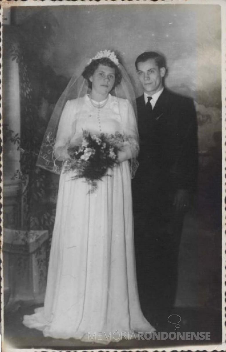Os noivos Relindo Weber  e Edith Lidia Schroeder, cujo casamento aconteceu em julho de 1955.  Imagem: Acervo Roseli Weber - FOTO 1 -