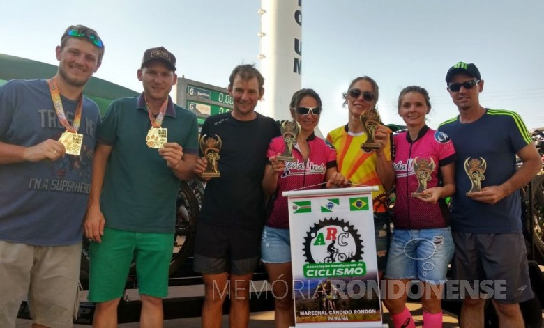 Ciclistas rondonenses que participaram da 4ª Ultramaratona Pata de Onça, no estado do Mato Grosso do Sul.  Da esquerda a direita: Andrei Michel Kuntz e Douglas Thomas (9º lugar na Dupla Masculina), Marcelo Konzen (1º na Master B1), Suzana Konzen e Marlise Berwig (1º na Dupla Feminina), e Rosângela Schmitz e André Freitag (5º na Dupla Mista). Imagem: Acervo Associação Rondonense de Ciclismo - FOTO 2 -