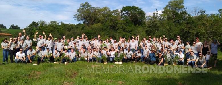Participantes do plantio de mudas nativas na propriedade de Mário Schreiner beneficiada com o projeto