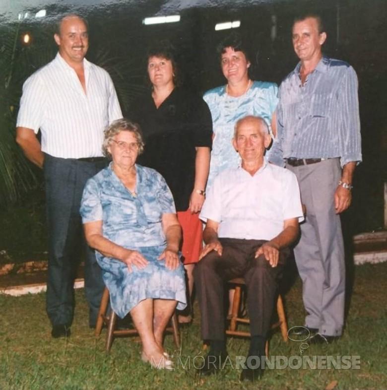 Pioneiro rondonense Reinaldo Roberto Wulff, falecido em setembro de 2009, na companhia da esposa Ervina Harness e os filhos Davi, Neuli, Lori e Harri.  Imagem: Acervo de Davi Wulff - FOTO 2 -