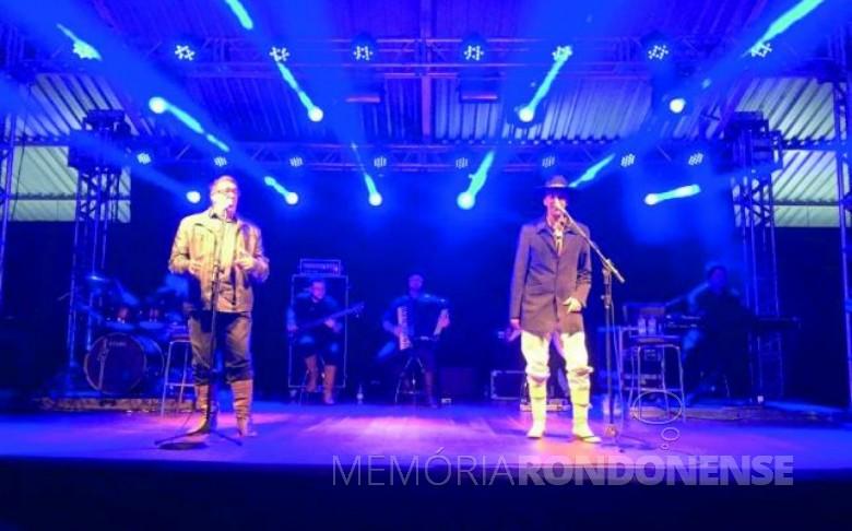 Apresentação da dupla Oswaldir e Carlos Magrão na comemoração dos 32 anos da Sicredi Aliança PR/SP, no CTG Tertúlia do Paraná.  Imagem: Acervo O Presente Digital - FOTO 6 -