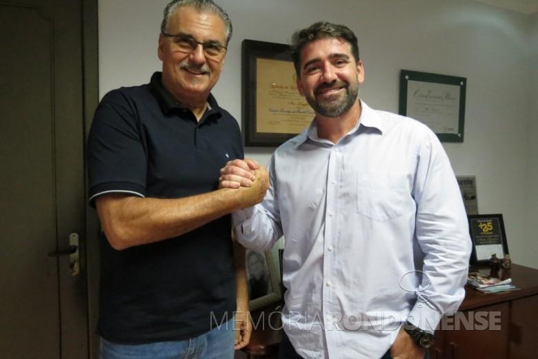 Empresários Arno Kunzler e Paulo Rodrigo Copetti  anunciando o encerramento da sociedade em comum na Editora O Presente Ltda.  Imagem: Acervo O Presente - FOTO 2 -