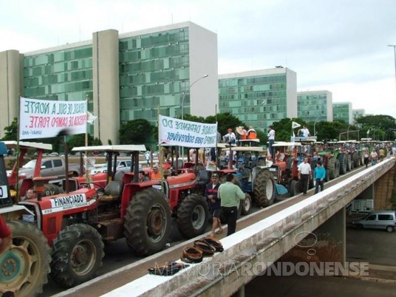 Tratores de agricultores parados na Esplanada dos Ministérios, em Brasília, em protesto à falta de apoio à agricultura nacional.  Imagem: Acervo da FAMATO,  MT.  - FOTO 4 -