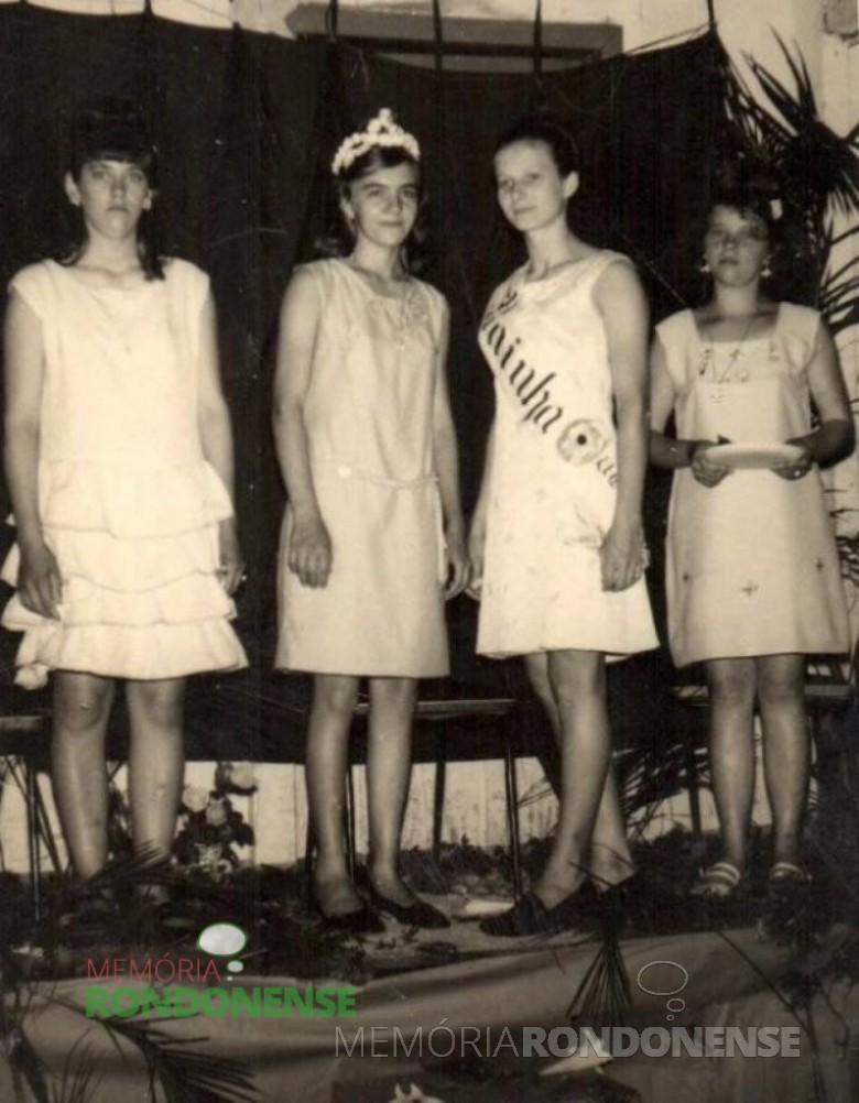 Coroação de rainha Margarida Maria Balz e a colocação das faixas nas princesas Selia Mattes e Velda Meurer.  Da esquerda para a direita: 1ª Princesa: Selia Mattes; a Rainha da Primavera de Iguiporã de 1969, Margarida Maria Balz; a Rainha da Primavera de Iguiporã de 1968, Vânia Rauber;  e Velda Meuer, 2ª Princesa. (Imagem: Acervo Ernesto e Vilma Wolfart) - FOTO 1 -