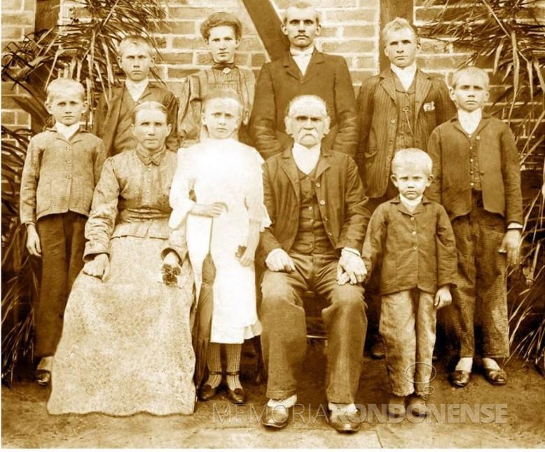 Imigrante Johan Winter Sohn (Filho) com a esposa Maria Modro e os filhos, fotografados em Ijuí (RS). O penúltimo, à direita, ao fundo, é o pai (Wilhelm = Guilherme), do pioneiro rondonense Theodoro Winter.  Da esquerda à direita, fundo: Gottlieb, Herrmann, Maria, Heinrich, Wilhelm e Gustav.  À frente: Ida e Emil. Ausente na foto, o filho Paul.  Imagem: Acervo Maico Pfeifer - FOTO 10 -