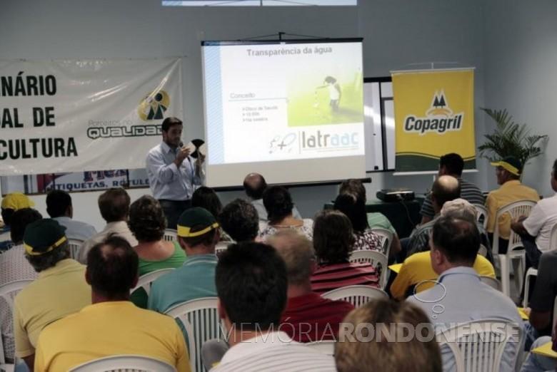O Professor Doutor Robie Allan Bombardelli palestrando no Seminário sobre o tema
