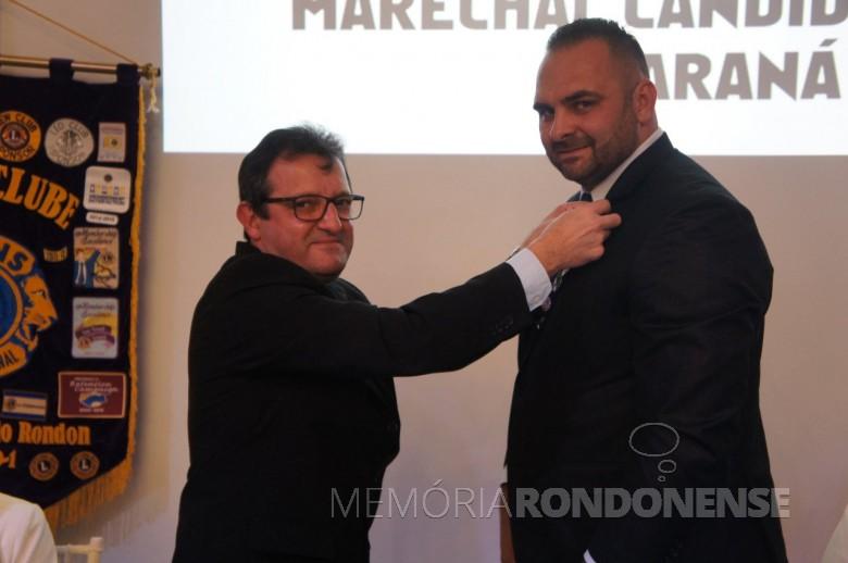 Empresário Scharles Abbeg recebendo o distintivo de presidente do Lions Clube de Marechal Cândido Rondon, de seu antecessor Gelson Cantini de Vargas.  Imagem: Acervo O Presente - FOTO 7 -
