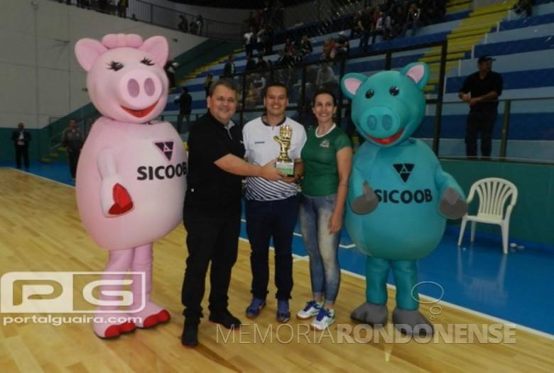 Goleiro Juninho, da equipe do Entre Rios Futsal, recebendo o troféu de goleiro menos vazado do 42º Troféu Difusora.  Imagem: Acervo Portal Guaíra - FOTO 14 -