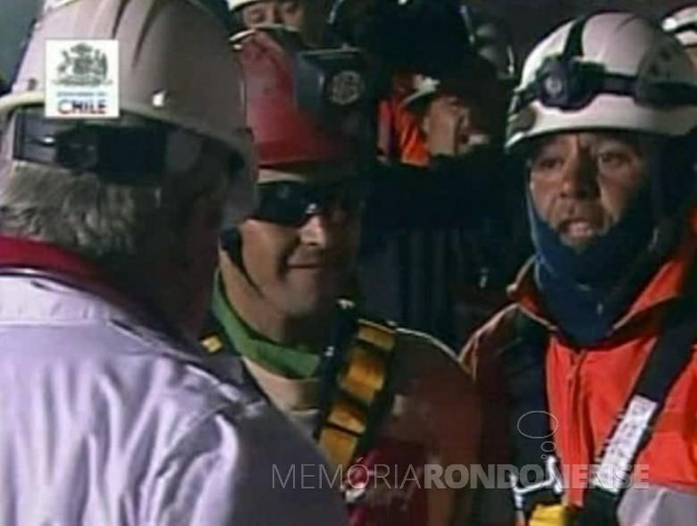 Mineiro Florêncio Ávilos (c), o primeiro resgatado da minha São José, no Chile.  Imagem: Acervo UOL Notícias - FOTO 7 -