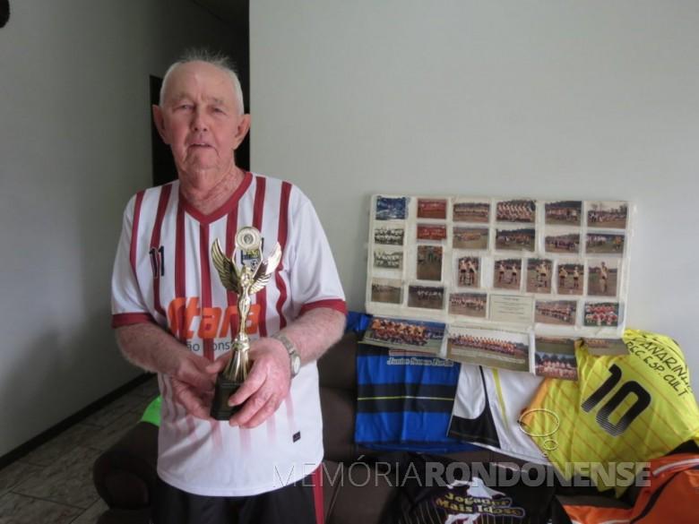 Esportista octogenário Arneldo Krampe que joga futebol de campo mesmo tendo passado dos 80 anos de idade.  Imagem: Acervo O Presente - FOTO 9