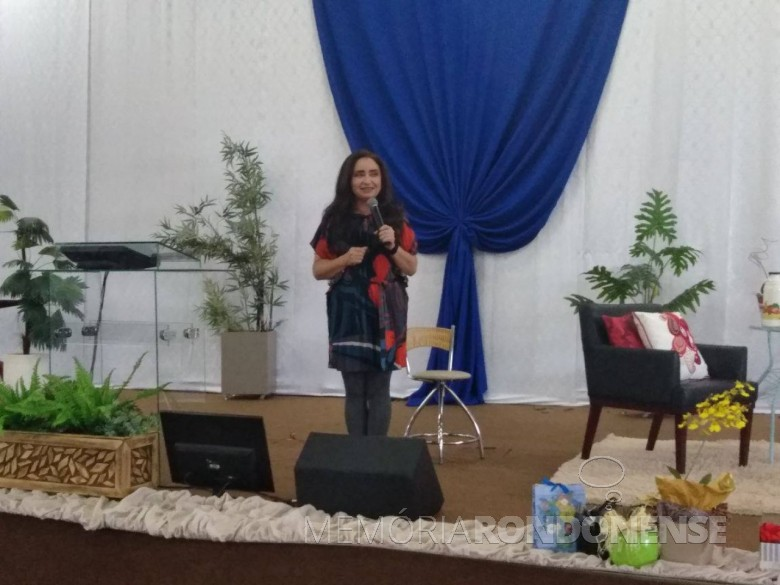 Professora Olinda Guedes em sua palestra durante a Semana Pedagógica 2018, em Marechal Cândido Rondon.  Imagem: Acervo Imprensa PR-MCR - FOTO 10 -