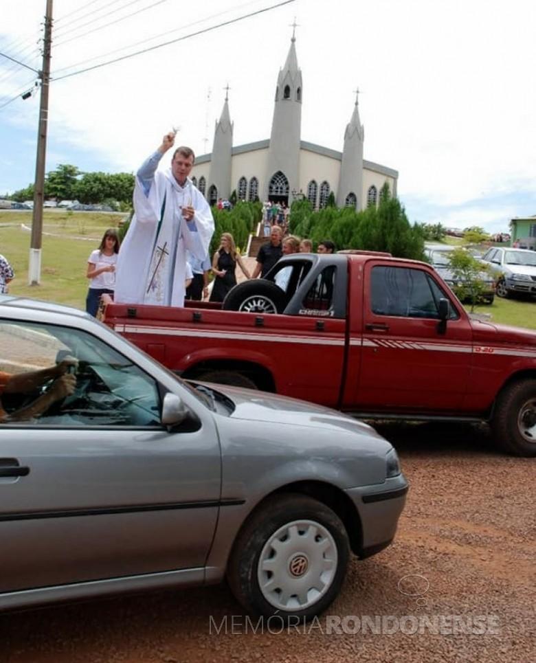 Néo-sacerdote Neimar Troes procedendo a benção de veículos, tratores e máquinas agrícolas após celebrar a sua primeira missa.  Imagem: Acervo pessoal - FOTO 2 -