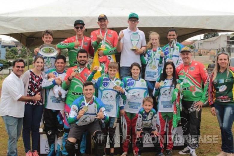 Atletas da Associação  Rondonense de Bicicross tricampeões estaduais, classificação obtida em dezembro de 2016. Imagem: Acervo www.olhonabola.com.br/secao_noticias/12 - FOTO 5 -