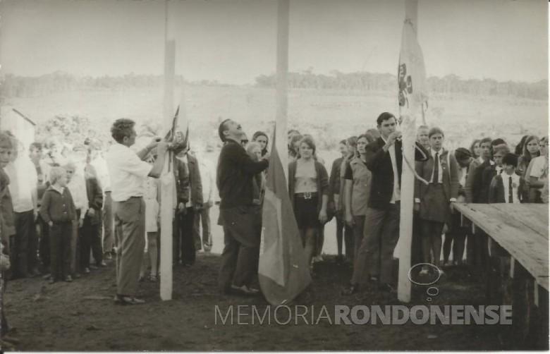Hasteamento das bandeiras na abertura da exposição 4-S, em Flor da Serra, no então distrito de Quatro Pontes.  Imagem: Acervo Valdir Sackser - FOTO 2 _