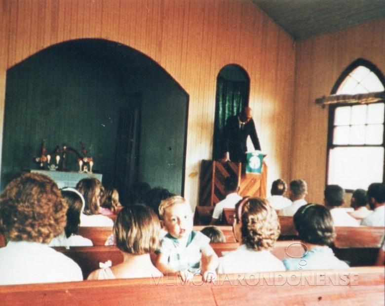 Professor Waldomiro Liessen oficiando um dos últimos atos religiosos na antiga igreja da madeira da Comunidade Evangélica Martin Luther.  Imagem: Acervo Brunilda (Priesnitz) Thessing - FOTO 1 -