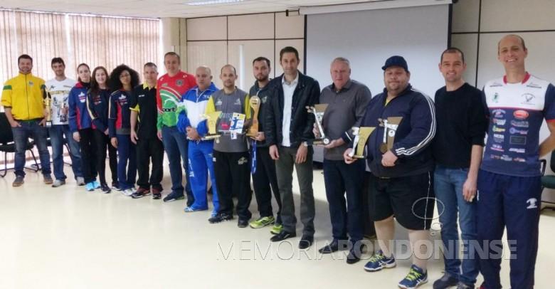 Atletas com suas respectivas homenagens junto com prefeito Márcio Rauber e viceprefeito Ilário (Ila) Hofsteatter.  Imagem: Acervo Imprensa - PM-MCR - FOTO 9 -
