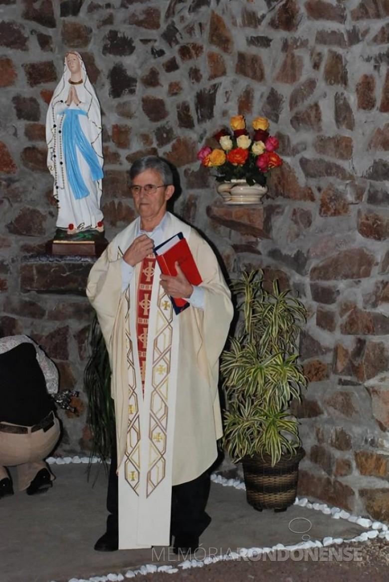 Padre Hugo José Rohden que assumiu a Paróquia Nossa Senhora da Glória, de Quatro Pontes, em fevereiro de 1982.  Imagem: Acervo Memória Rondonense - FOTO 8 -