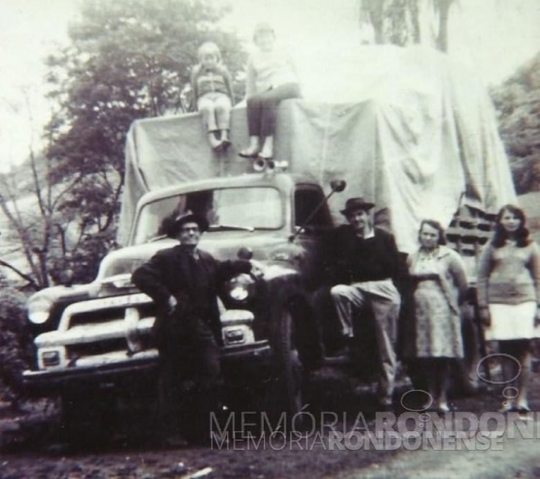 O pioneiro Ivo Krummenauer com pai, esposa e filhos saindo de mudança de Marcelino Ramos (RS) com destino à cidade de Marechal Cândido Rondon.  Da esquerda à direita: Alfredo Albino Krummenauer(pai), Lone, Nélia, Ivo Krummenauer, Leonida (esposa), e Célia.  Imagem: Acervo da família - FOTO 5  -