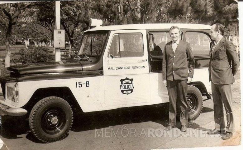 O senhor Alberto Mayer, à direita, recebendo do então prefeito municipal Almiro Bauermann as chaves da nova viatura para a delegacia de Polícia de Marechal Cândido Rondon, na década de  1970.  Imagem: Acervo Sérgio Gilberto Meier -   FOTO 5 -