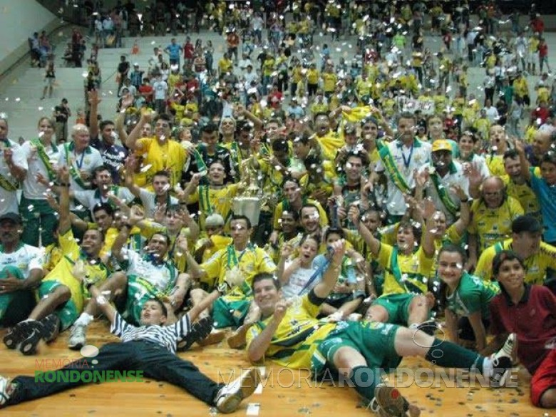 A equipe da Copagril Futsal festejando a conquista do Campeonato Paranaense de Futsal – Chave Ouro 2009, no Ginásio de Esportes Ney Braga, em Marechal Cândido Rondon. Imagem: Acervo cliqueesporte.blogspot.com - FOTO 3 -