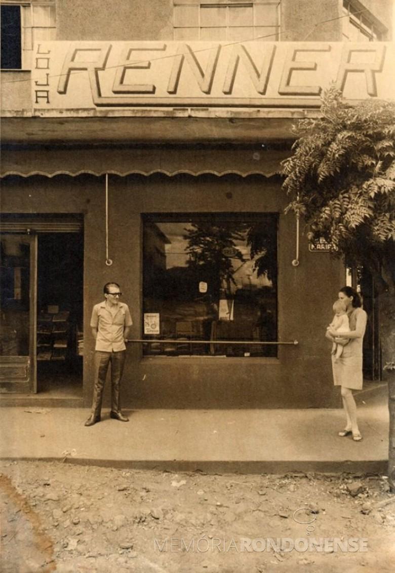 Fachada externa da Loja Renner, inaugurada em 1966.  Na foto, à esquerda, um dos proprietários do empreendimento Alcido Port . A mulher com a criança - não identificada.  Imagem: Acervo Gustavo Port - FOTO 1 -