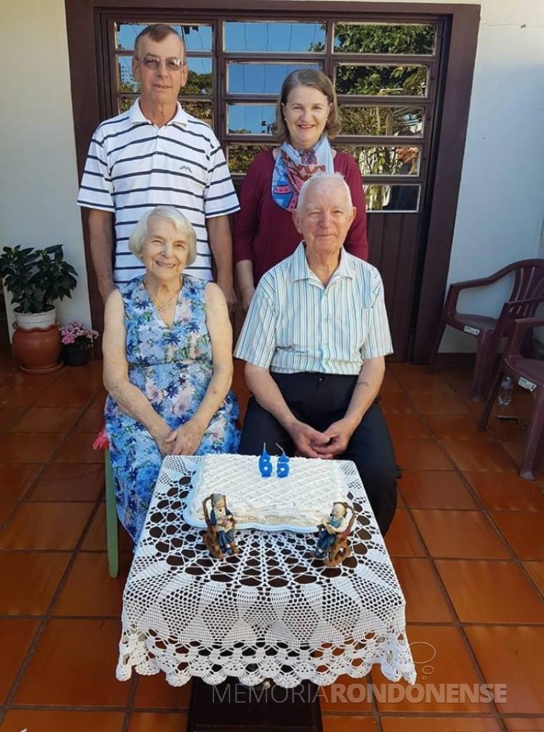 Casal Leonida e Ivo Krummenauer, na comemoração das Bodas de Platina, junto com os filhos Nelvi Alzir e Lone.  Imagem: Acervo de Nelvi Alzir Krummenauer - FOTO 7 -