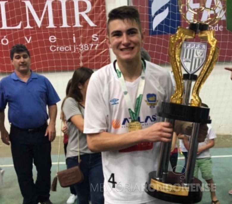 Atleta Augusto Limberger com taça de campeão da Série Prata do Campeonato  Paranaense de Futsal 2016, pelo Pato Branco Futsal.  Imagem: Acervo pessoal - Facebook - FOTO 13 -