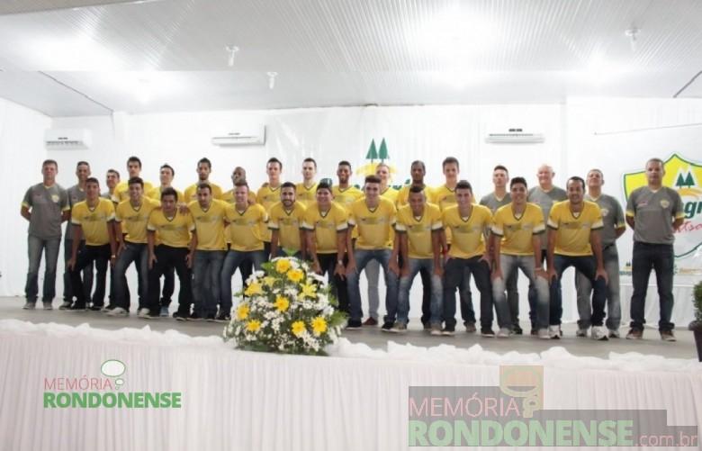 Comissão técnica e jogadores da Copagril Futsal para a disputa da temporada 2016.  Imagem: Imprensa Copagril - FOTO 6