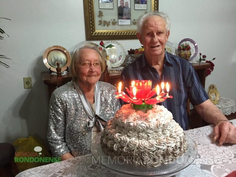 Casal Rudolfo e Hedwig Tierling junto ao bolo comemorativo as Bodas de Platina - 65 anos de casamento - festejados em 23 de setembro de 2015.  Imagem: Acervo da Família - FOTO 8 -
