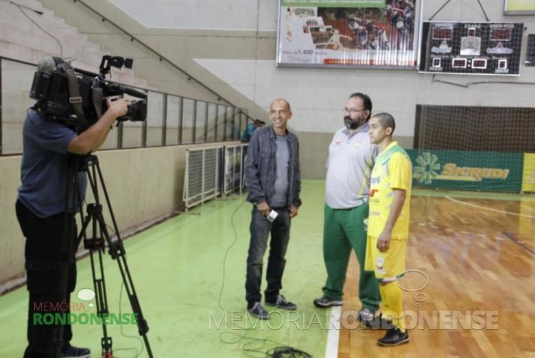 O repórter Régis Rösing, da TV Globo, se preparando para entrevista o pivô Márcio e o técnico PC de Oliveira, da equipe da Copagril, a propósito do gol feito de calcanhar pelo atleta.  Imagem: Acerco Copagril - FOTO 5 -