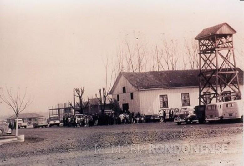 Vista da primeira igreja, em madeira, da Comunidade Evangélica Martin Luther, na década de 1960.  À esquerda, vê-se em construção o atual templo da comunidade.  Imagem: Acervo Memória Rondonense - FOTO 3 -