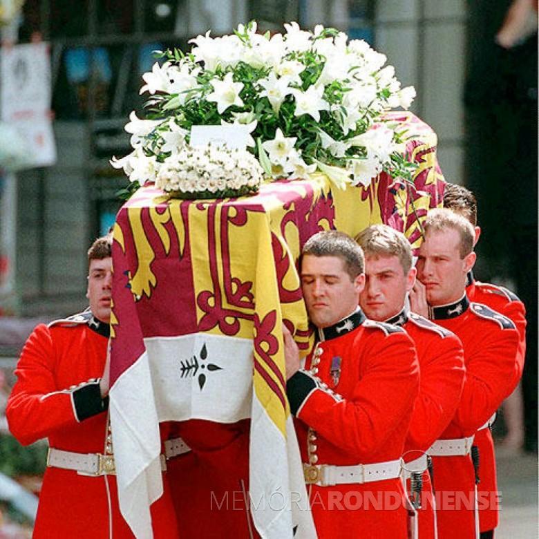 Caixão com os possíveis restos mortais da Princesa Diana carregado por membros da guarda real britânica.  Imagem: Acervo agentiadepresamondana.com - FOTO 9 -