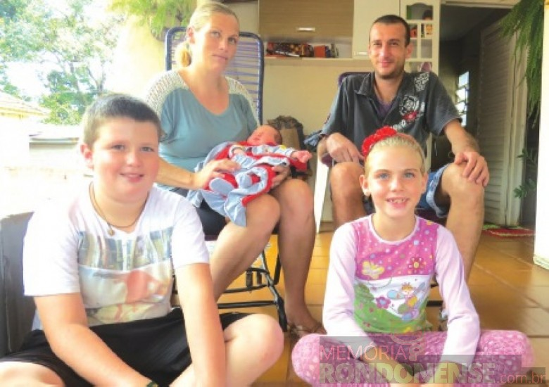O primeiro nascido de 2016, Nicolás Leichtweiss, em Marechal Cândido Rondon,  no colo da mãe Nelsi Vorpagel, o pai Denoley Leitchweiss e irmãos. Imagem: Acervo O Presente - FOTO 2 -
