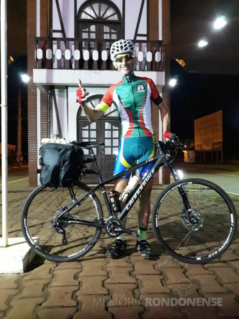 Empresário e ciclista Paul Lirio Berwig começando a sua viagem no portal de acesso à cidade de Marechal Cândido Rondon com destino a cidade de Jaraguá do Sul, em janeiro de 2019.  Imagem: Acervo Associação Rondonense de Ciclismo (ARC) - FOTO 14 -