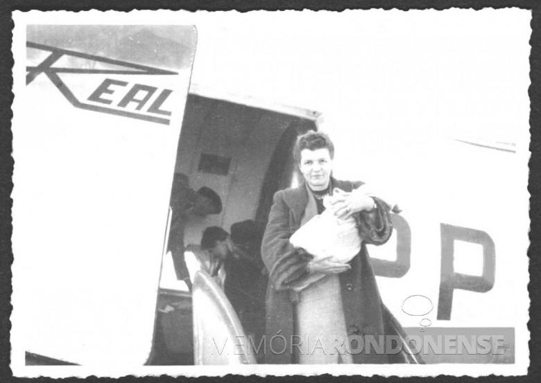 A pioneira pioneira Ingrun (nascida Klagges)  Seyboth chegando ao aeroporto de Toledo, pela Real Linhas Aéreas, com os filhos quando da mudança para Marechal Cândido Rondon, em 1953.  Imagem: Acervo da Família Seyboth - FOTO 5 -
