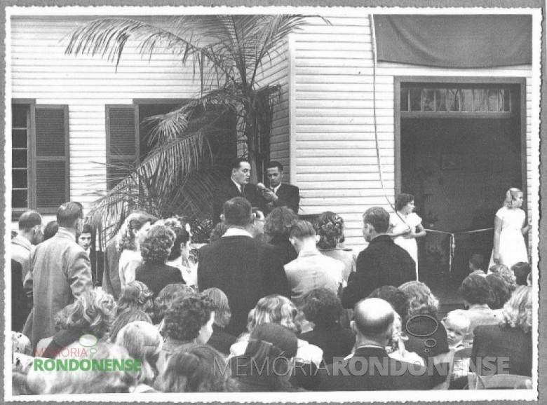 Dr. Friedrich Rupprecht Seyboth discursando na solenidade de inauguração do Hospital e Maternidade Filadélfia, em 1954.  Imagem: Acervo da Família Seyboth - FOTO 2 -