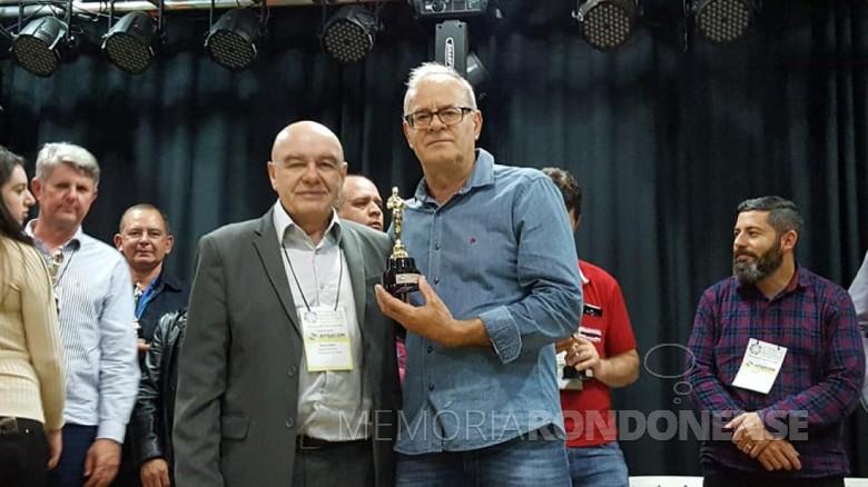 Afonso Francener, da Rádio Tropical FM, recebendo o prêmio de Luiz Dzulinski,  Presidente da Associação das Rádios Comunitárias do estado do Paraná (APRACOM).  Imagem: Acervo PM- Quatro Pontes - FOTO 11 -