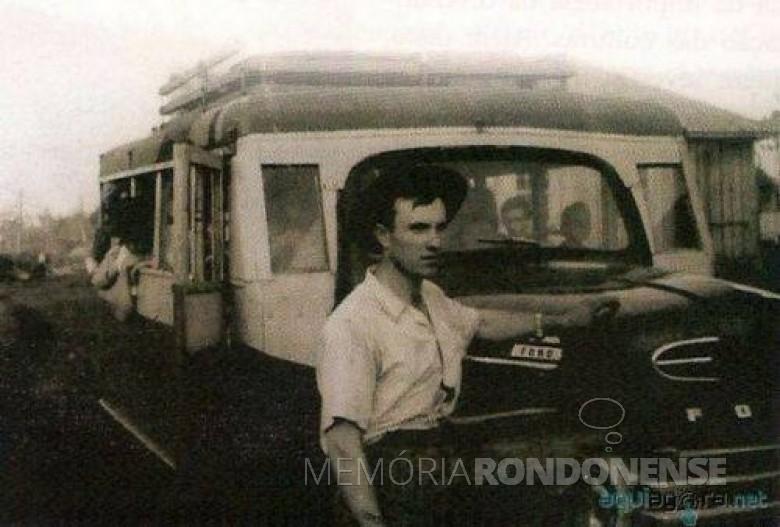 Alli Alberto Weimann com seu ônibus - o primeiro a fazer o transporte de passageiros entre a então vila de General Rondon e a cidade de Toledo.  Foto: Acervo Memória Rondonense - FOTO 1 -