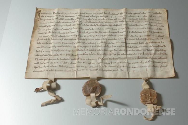 A Carta Federal de 1291, um pergamento de 32 x 20 centímetros considerado oficialmente como ato fundador da Confederação Helvética. (RDB). Imagem: Acervo Museu da Carta Federal na Suiça. - FOTO 1 -