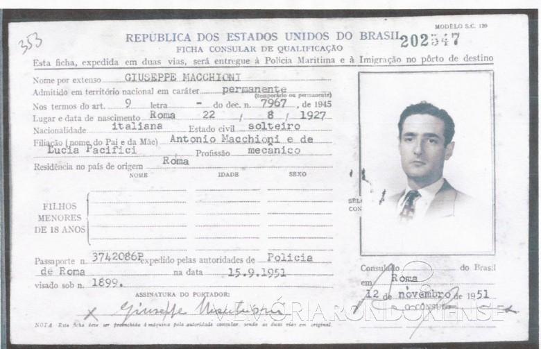 Ficha consular do imigrante italiano Giuseppe Macchioni emitida pelo Consulado Brasileiro, em Roma, em 1951.  Imagem: Acervo de Giuseppe Macchioni - FOTO 2 -