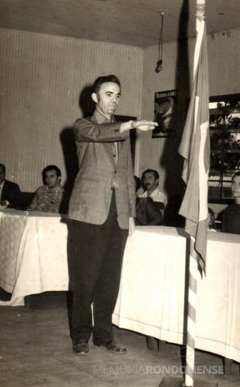 Almiro Bauermann prestando juramento.   Ao fundo, a direita à esquerda, esposa Selmira e o cartorário Levi Martins Gomes  (de bigode).  Imagem: Acervo Almiro Bauermann - FOTO 3 -