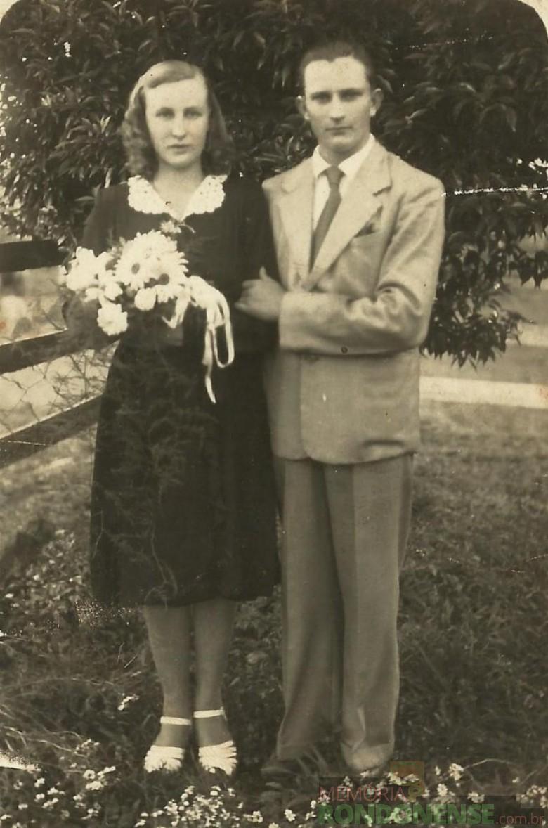 Os noivos Úrsula Klein e Erich Krepsky no dia do casamento em Ipira, Santa Catarina.  O casal foi pioneiro em Marechal Cândido Rondon, em 1953.  Úrsula, conhecida como Ula, foi a parteira que acompanhou o maior número de partos, atendeu cerca de cinco mil gestantes.  Imagem: Acervo Marta Krepsky - FOTO 1 -